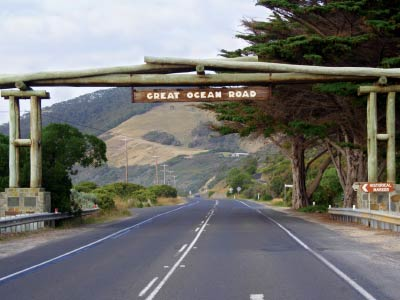 Memorial Arch reading 'Great Ocean Road'